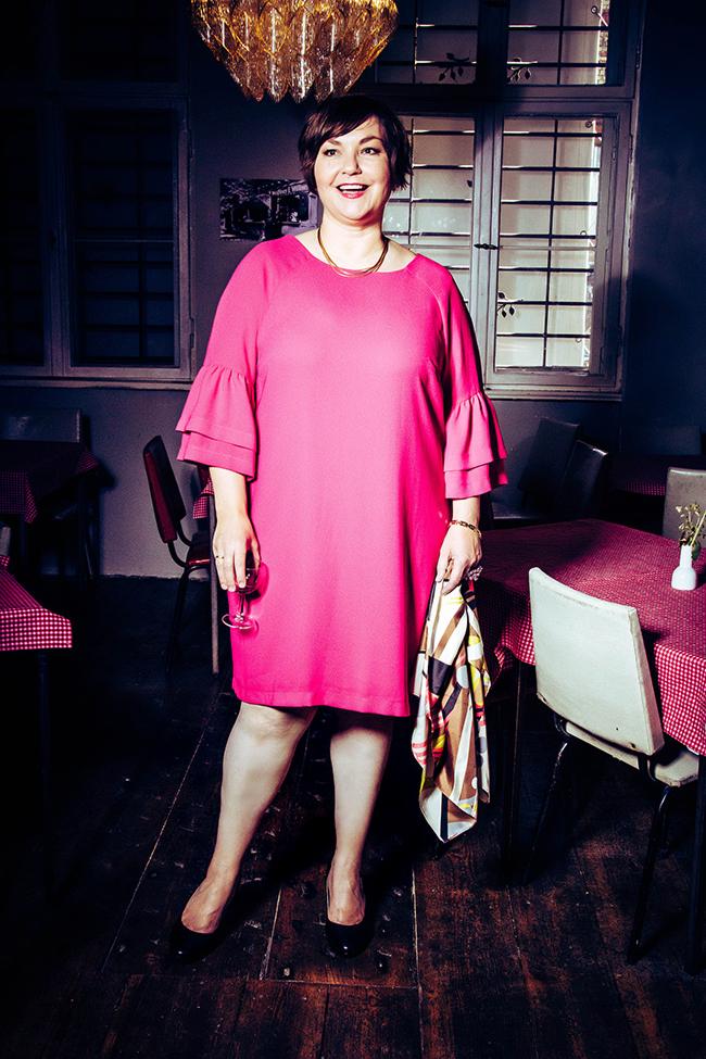 Mystery Shooting: Warum es Spaß macht, Routinen zu durchbrechen und Pink ganz anders aussehen kann. Texterella Susanne Ackstaller zeigt Plussize-Mode mal anders.