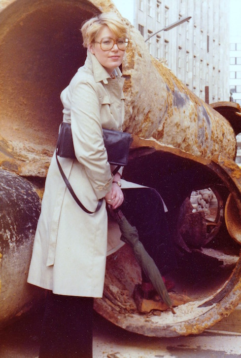 Barbara Lotte mit Trenchcoat 1980