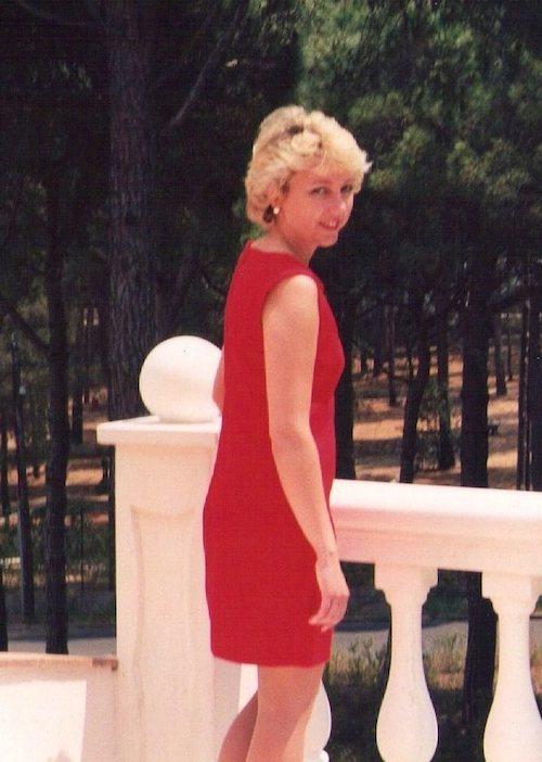 Christine Lawens in einem schmalen, roten Kleid. 2000.