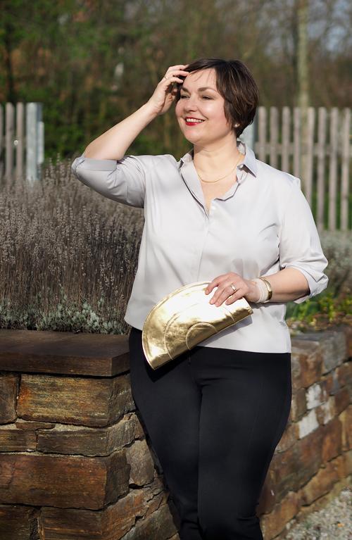 Eterna Bluse in grau mit goldener Clutch von Gretchen