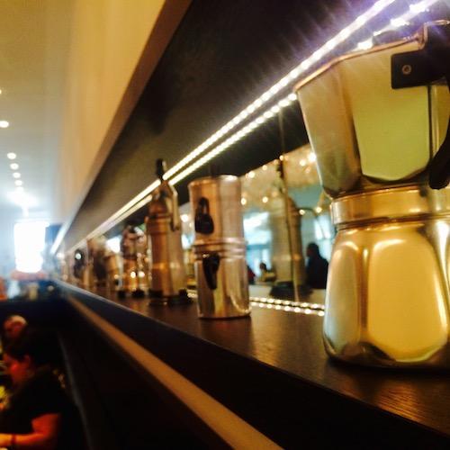 Espressokannen im Frühstückscafé