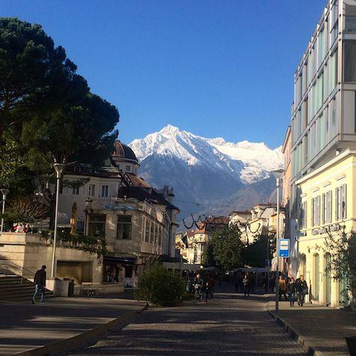 Promenade mit Blick auf die Berge