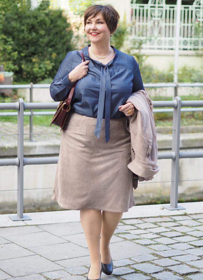 Ganz ladylike mit schmalem Rock und blauer Bluse, dazu ein Trenchcoat aus Velourlederimitat
