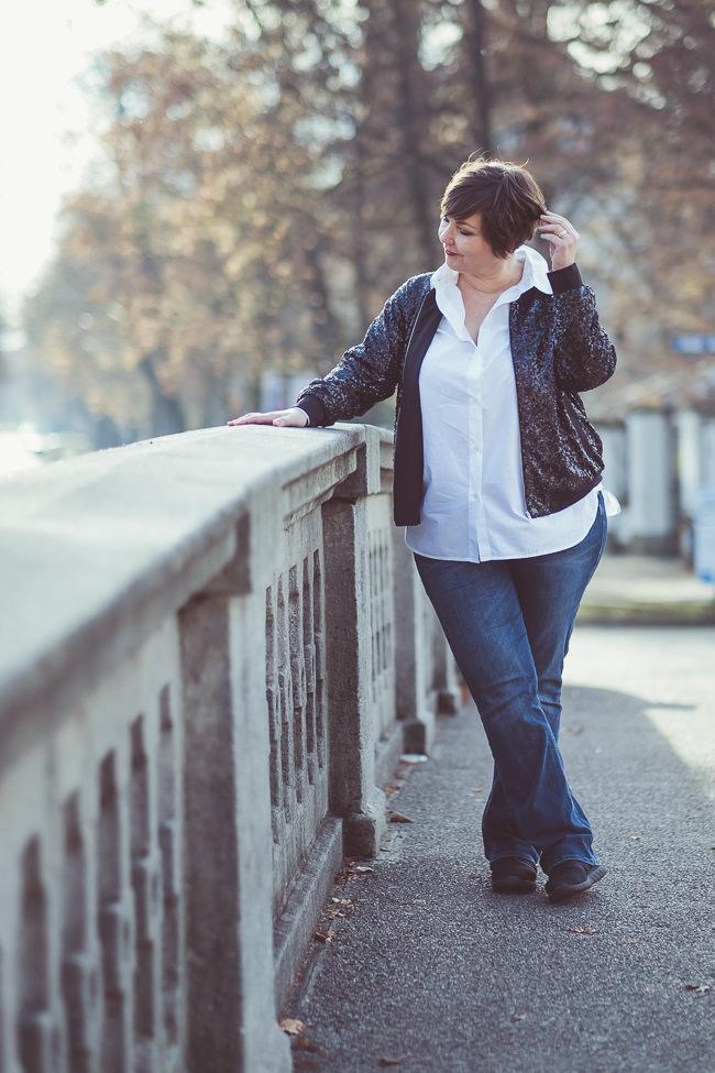 Paillettenblouson von Manon Baptiste. Kombiniert mit einem weißen Hemd und Jeans. Foto: Anette Göttlicher.