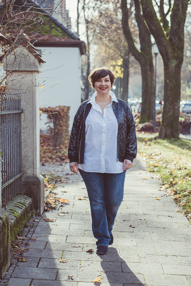 Paillettenblouson von Manon Baptiste. Kombiniert mit einem weißen Hemd und Jeans. Foto: Anette Göttlicher