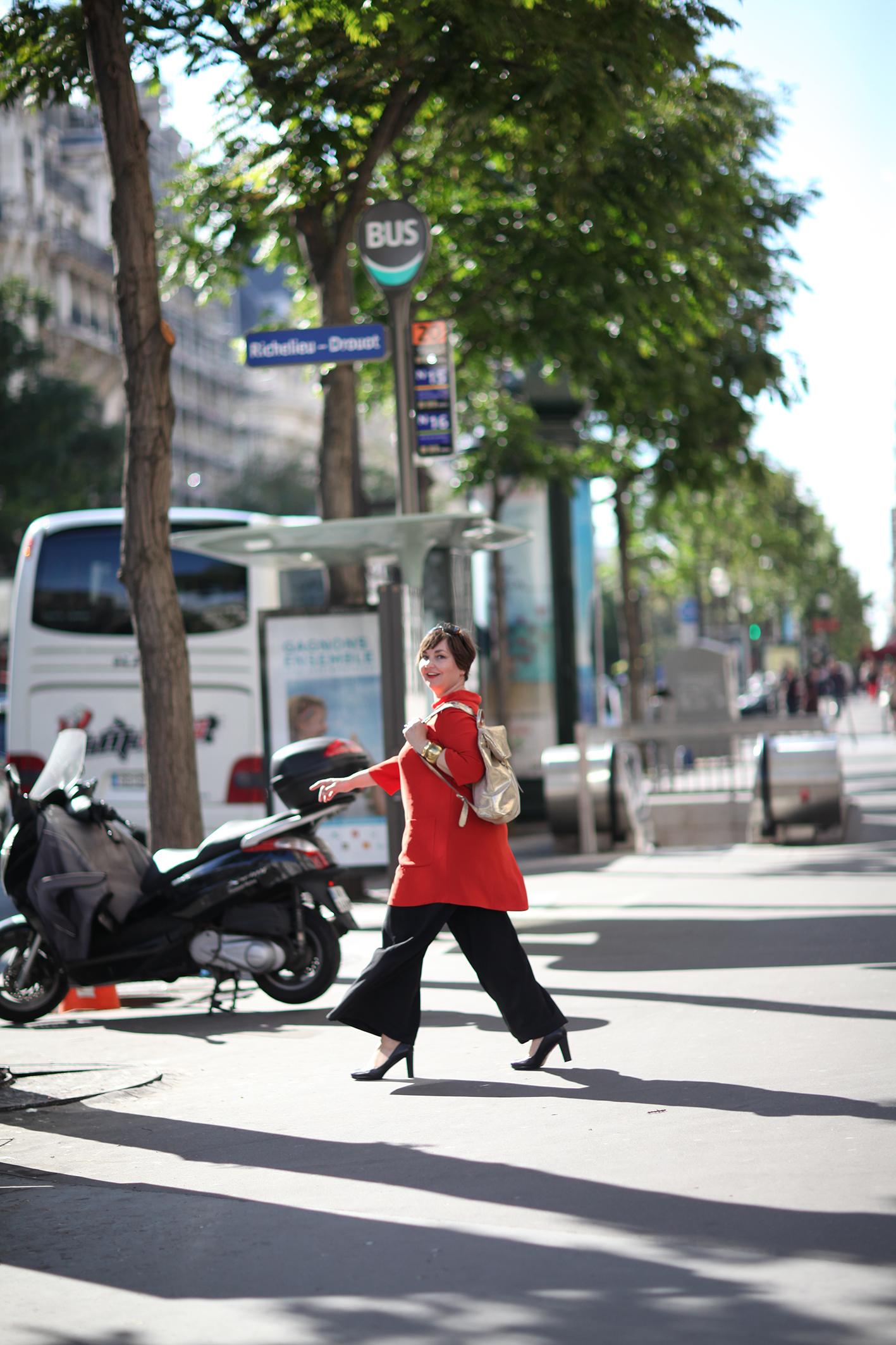 Streetlife Paris. Orange Tunika von Sallie Sahne. Hose von Mat. Goldener Rucksack von Bree.