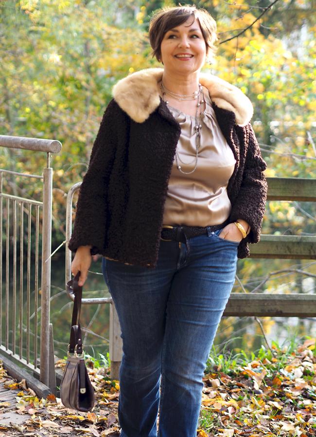 Lässige Eleganz: Seide und Perlen zur Jeans