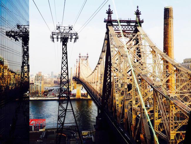 Die Roosevelt Island Tramway: die Seilbahn von Midtown nach Roosevelt Island entlang der Brooklyn Bridge