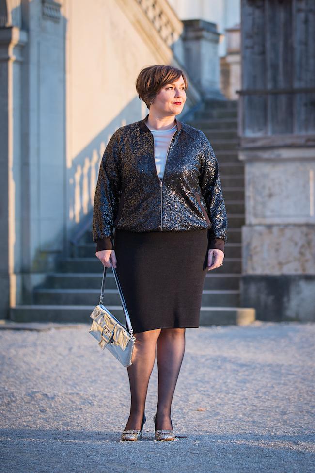 Raus aus der Komfortzone: Vier Wochen ohne Hose. Warum Röcke einfach Spaß machen. Schmaler schwarzer Rock mit Glitzer-Blouson.