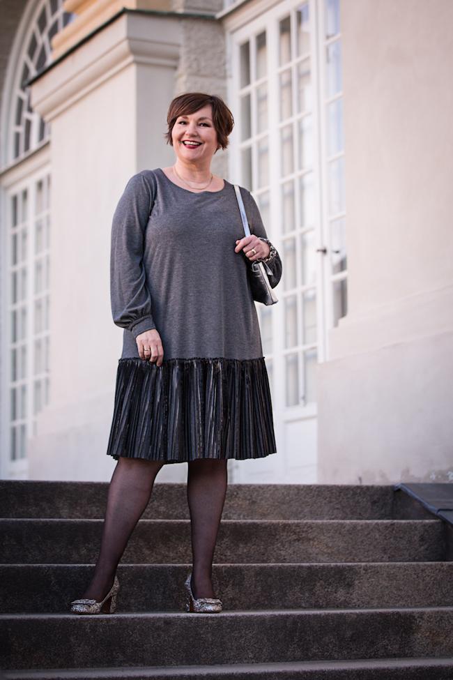 Endlich wieder herbstliche Opulenz! Und warum nicht mal in Grau? Kleid: Sallie Sahne. Schuhe: Tabitha Simmons.