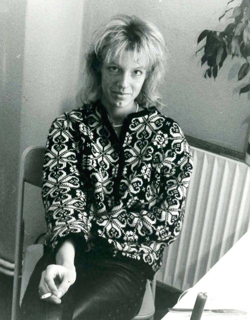 Sabine Eichhorst, mit Zigarette und Lederleggings