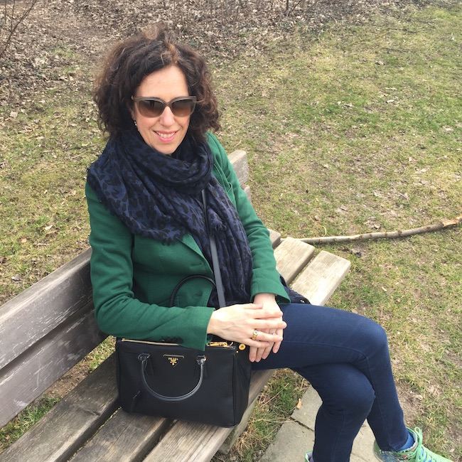 Susanne Graue in Grün und mit Sonnenbrille