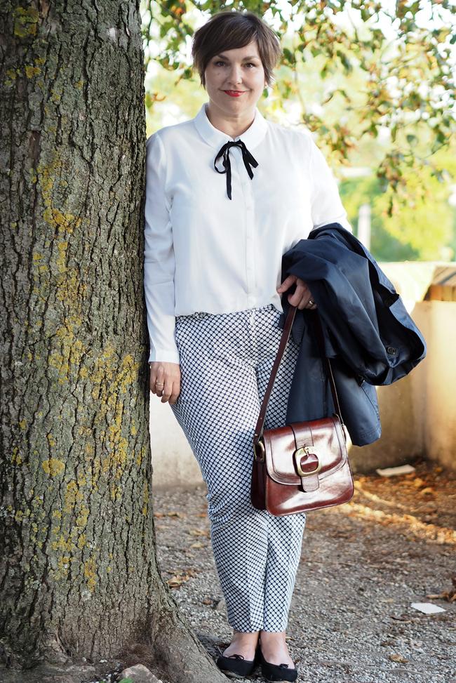 Typisch Pariser Stil: schlichte Bluse mit Schleifchen unf rote Lippen