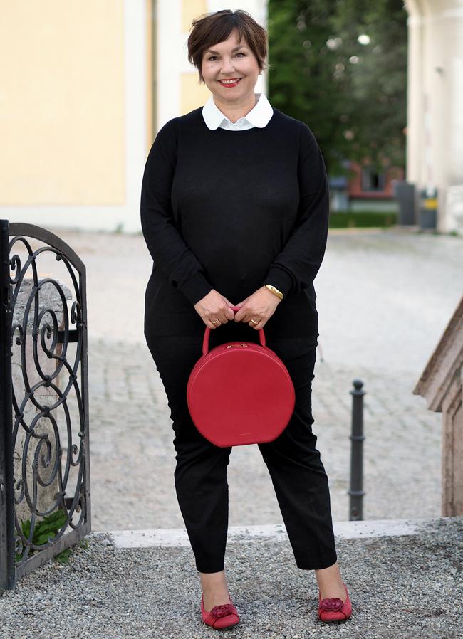 Typisch Pariser Stil: Schmale schwarze 7/8-Hose, Pullover mit Blusenkragen, Ballerinas, rote Lippen