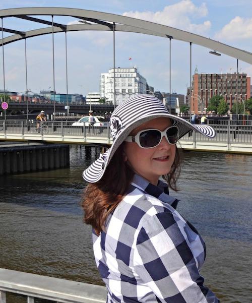 Valerie Müller von life40up mit Hut und Kleid von Johnny Boden