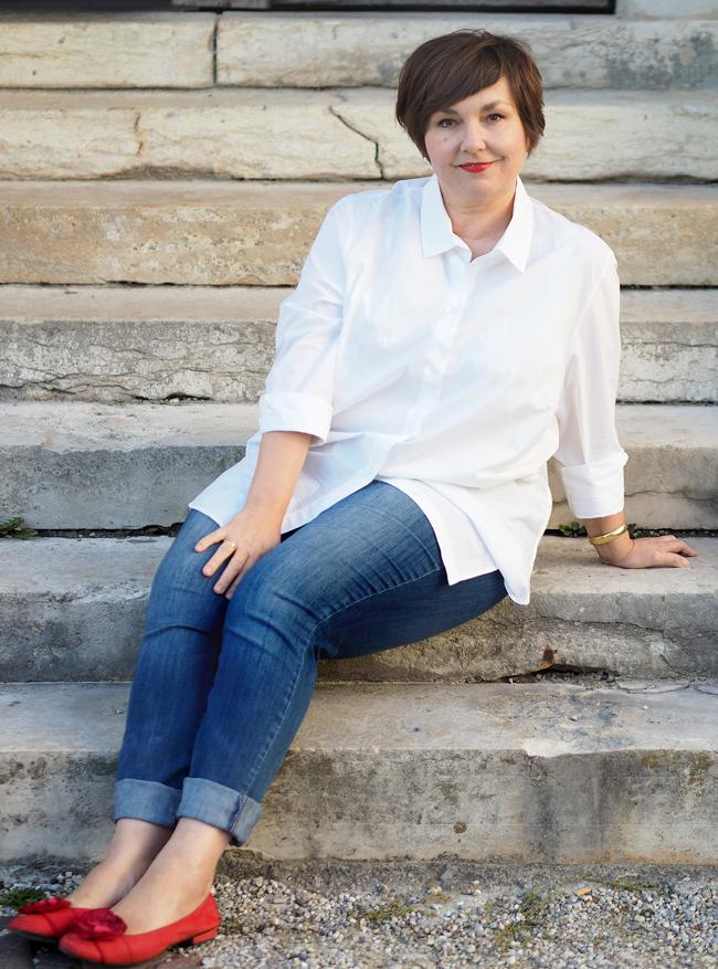 Jeans, weißes Hemd, rotes Schuhe: unaufgeregt aufregend