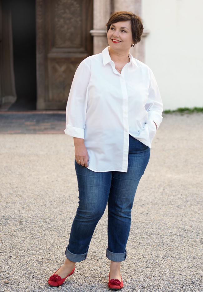 Jeans und weißes Hemd