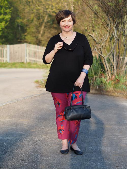 Hose von Persona by Marina Rinaldi, schwarzes Oberteil von Twister, gesehen bei Navabi