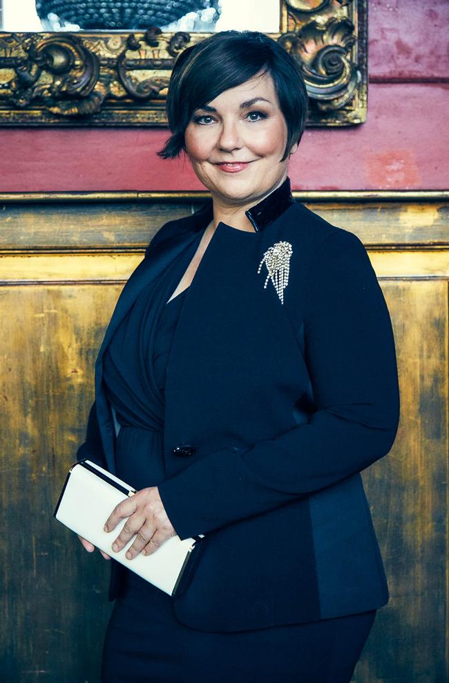 Einmal Schlossherrin sein: Die Zeitschrift DONNA hat mich in glamourösen Festtagsoutfits formuliert. Foto: Bettina Lewin. Styling: Susanne Gundlach.