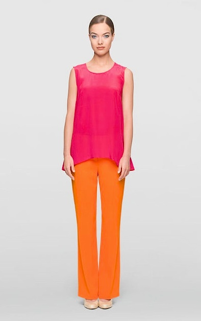 sommerliche Kombination aus Seide: pinkes Top, orange Hose