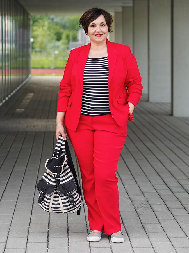 Roter Hosenanzug mit Streifenshirt: Wie ich die Stilregeln für 50plus und Plussize brach und einen Hosenanzug lässig stylte.