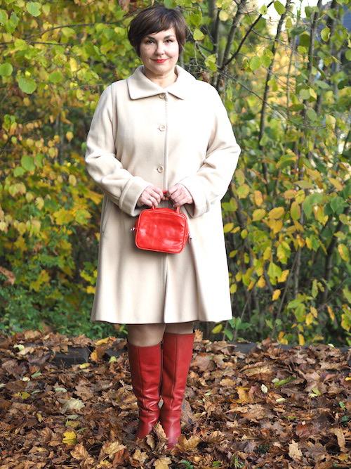 Weißer Mantel, rote Stiefel, rote Tasche.